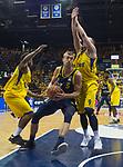 15.05.2018, EWE Arena, Oldenburg, GER, BBL, Playoff, Viertelfinale Spiel 4, EWE Baskets Oldenburg vs ALBA Berlin, im Bild<br /> am Gegner vorbei...<br /> Armani MOORE (EWE Baskets Oldenburg #4), Karsten TADDA (EWE Baskets Oldenburg #9)<br /> Niels GIFFEY (ALBA Berlin #5 )<br /> Foto &copy; nordphoto / Rojahn