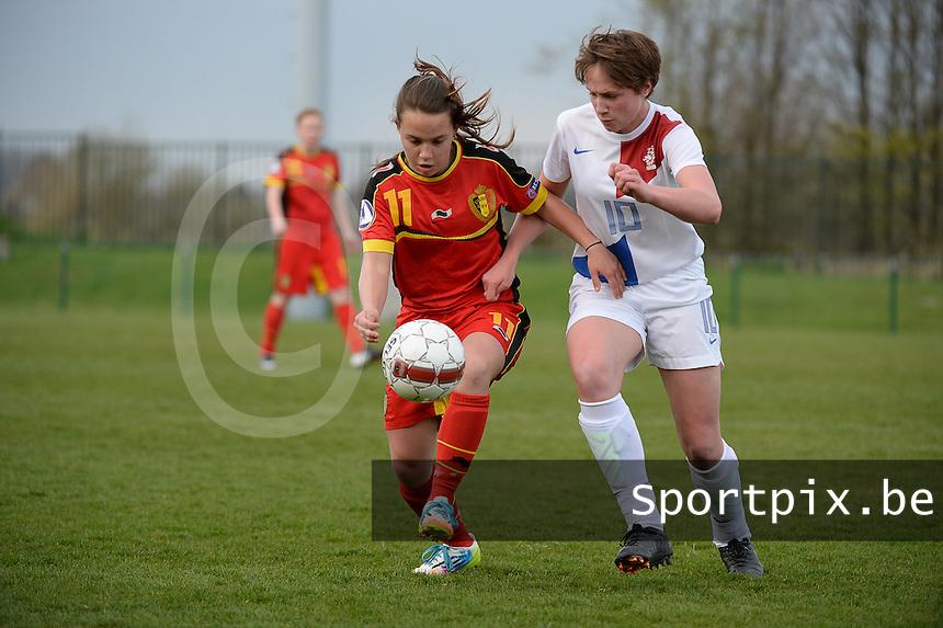 Women U15 : Belgian Red Flames - Nederland :<br /> <br /> Ellen Knockaert (L) en Emma van der Vorst (R) strijden om de bal<br /> <br /> foto Dirk Vuylsteke / Nikonpro.be