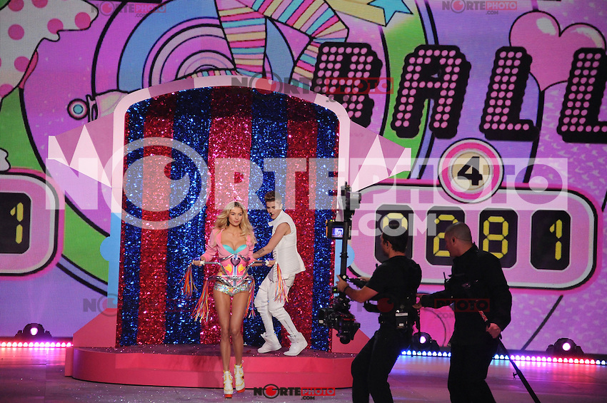 NON EXCLUSIVE PICTURE: MATRIXPICTURES.CO.UK.PLEASE CREDIT ALL USES..UK RIGHTS ONLY..American pop singer Justin Bieber is pictured performing a concert on the runway with American model Jessica Hart, during the 2012 Victoria's Secret lingerie fashion show, held at New York's Lexington Avenue Armory. ..NOVEMBER 7th 2012..REF: GLK 125134 /NortePhoto