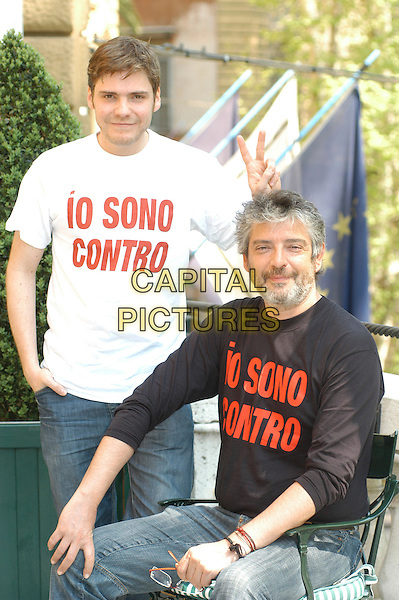 """DANIEL BRUL & MANUEL HUERGA.Photocall for the film """"Salvador (Puig Antich)"""" in Rome, Italy..April 12th, 2007.half length sitting white black top peace v sign hand gesture.CAP/CAV.©Luca Cavallari/Capital Pictures"""