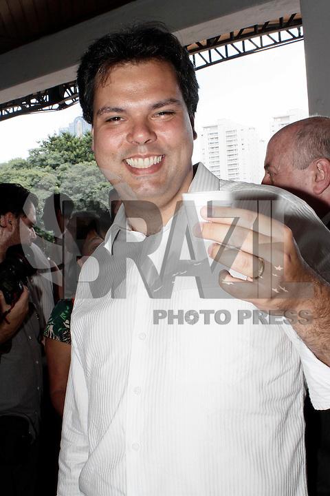 SÃO PAULO, 05 DE MARÇO DE 2013 - LAÇAMENTO DO PROJETO SÃO PAULO ORGÂNICO - AGENDA GERALDO ALCKMIN -  O secretário do Meio Ambiente, Bruno Covas durante o lançamento do projeto São Paulo Orgânico. O  projeto tem como objetivo incentivar a produção de orgânicos propondo políticas públicas de fomento ao mercado de produtos sustentáveis desenvolvido pelas secretarias de Agricultura e Abastecimento e de Meio Ambiente. A presidente do Fussesp (Fundo Social de Solidariedade do Estado de SP), Lu Alckmin, esteve presente no lançamento do projeto, na manhã desta terça-feira(5), no Parque da Água Branca, zona oeste da capital - FOTO LOLA OLIVEIRA/BRAZIL PHOTO PRESS