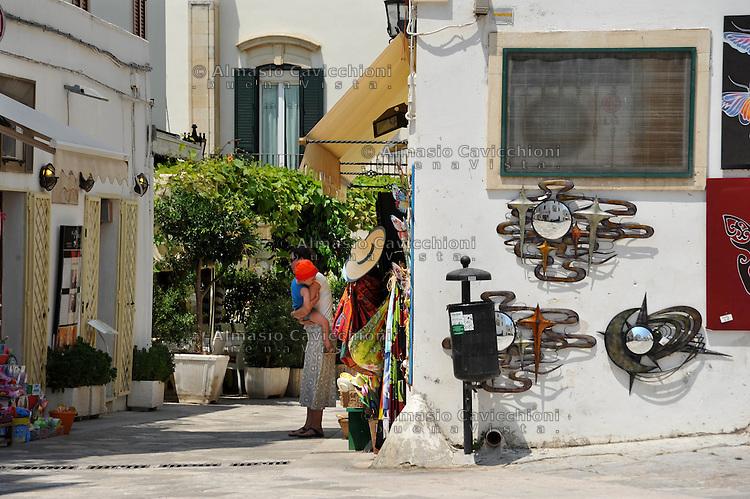 Puglia, Salento, Otranto comune pi&ugrave; orientale d'Italia riconosciuto come Patrimonio Culturale dell'UNESCO. Negozi di souvenir nella citt&agrave; vecchia<br /> Apulia, Salento, Otranto easternmost town of Italy recognized as a World Cultural Heritage Monument. Souvenir shops in the old town