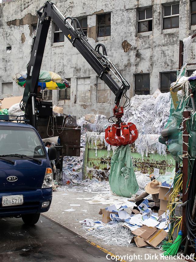 M&uuml;llsortierung in Seoul, S&uuml;dkorea, Asien<br /> Sortierung of garbage,  Seoul, South Korea, Asia