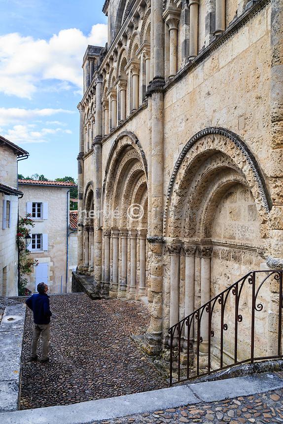 France, Charente (16), Aubeterre-sur-Dronne, labelisé Les Plus Beaux Villages de France, l'église Saint-Jacques, façade de style roman saintongeais du XIIe siècle
