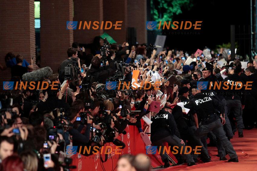 La polizia cerca di trattenere le centinaia di fans che rischiano di travolgere le transenne<br /> Roma 10-11-2013 Auditorium <br /> Festival Internazionale del Film di Roma<br /> Rome Film Festival <br /> 'The Hunger Games: Catching Fire / Hunger Games - La ragazza di fuoco' Red Carpet<br /> Foto Samantha Zucchi / Insidefoto