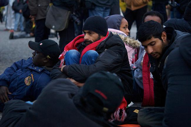 Seit Mittwoch den 9. Oktober 2013 befinden sich in Berlin etwa 2 dutzend Fluechtlinge vor dem Brandenburger Tor erneut im Hungerstreik.<br />Die Fluechtlinge fordern die Anerkennung ihrer Asylantraege und wollen den Hungerstreik so lange weiterfuehren bis ihre Forderung erfuellt wird.<br />Ein erster Hungerstreik im Winter wurde nach mehreren Wochen erfolglos beendet.<br />9.10.2013, Berlin<br />Copyright: Christian-Ditsch.de<br />[Inhaltsveraendernde Manipulation des Fotos nur nach ausdruecklicher Genehmigung des Fotografen. Vereinbarungen ueber Abtretung von Persoenlichkeitsrechten/Model Release der abgebildeten Person/Personen liegen nicht vor. NO MODEL RELEASE! Don't publish without copyright Christian Ditsch/version-foto.de, Veroeffentlichung nur mit Fotografennennung, sowie gegen Honorar, MwSt. und Beleg. Konto:, I N G - D i B a, IBAN DE58500105175400192269, BIC INGDDEFFXXX, Kontakt: post@christian-ditsch.de.<br />Urhebervermerk wird gemaess Paragraph 13 UHG verlangt.]