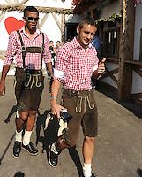 FUSSBALL   1. BUNDESLIGA   SAISON 2011/2012    Die Mannschaft des FC Bayern Muenchen besucht das Oktoberfest am 02.10.2011 Luiz Gustavo, Rafinha (v. li., FC Bayern Muenchen)