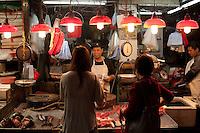 Un poissonnier au marché de Wanchai, Hong-kong, Avril 2013