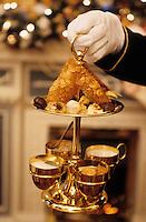 "Europe-Asie/Russie/Saint-Petersbourg: Service des friandises au restaurant ""The Noble Nest"""