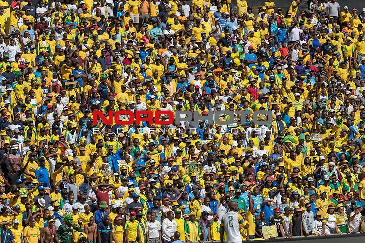 05.01.2019, FNB Stadion/Soccer City, Nasrec, Johannesburg, RSA, Premier League, Kaizer Chiefs vs Mamelodi Sundwons<br /> <br /> im Bild / picture shows <br /> <br /> Fans, bunt, Farbe, geschminkt, Stimmung, Stadion, Verkleidung, <br /> <br /> Foto &copy; nordphoto / Ewert