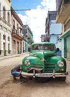 HAVANA-CUBA - 09.10.2016: Homem realiza manutenção em seu carro no bairro de Havana Velha, na capital cubana. (Foto: Bete Marques/Brazil Photo Press)