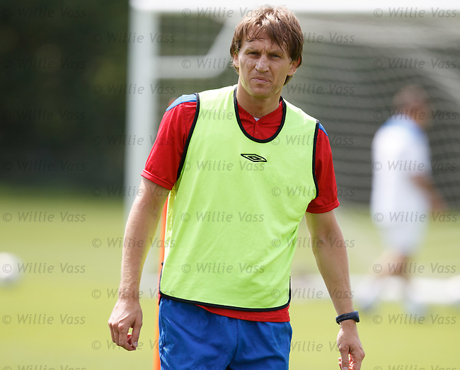 Sasa Papac looking cool as he bibs up ahead of training