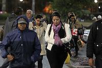 SAO PAULO, SP, 03-06-2014, FRIO. O paulistano enfrenta o frio nessa terca-feira (3), na praça da Sé centro de São Paulo.  Luiz Guarnieri/ Brazil Photo Press.
