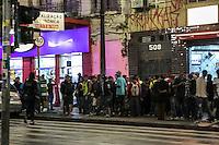 SÃO PAULO, SP, 15.12.2014 - FEIRA DO ROLO NA AV. SÃO JOÃO - Movimentação na feira do rolo que acontece toda a noite na Av. São João, em frente ao largo do Paysandu. Os produtos são proveniente de furtos e são vendidos com o preço abaixo do mercado. Na note desta segunda - feira (15), na região central de São Paulo. (Foto: Taba Benedicto/ Brazil Photo Press)