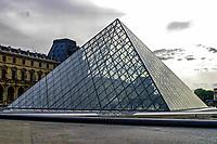 FRANCIA - Parigi - Jeoh Ming Pei, 1989, piramide di vetro, entrata principale del Museo del Louvre FRANCE - Paris - Jeoh Ming Pei, 1989, glass pyramid, the main entrance to the Louvre Museum<br /> <br /> FRANCE - Paris - Jeoh Ming Pei, 1989, la pyramide de verre, l'entr&Egrave;e principale du Mus&Egrave;e du Louvre