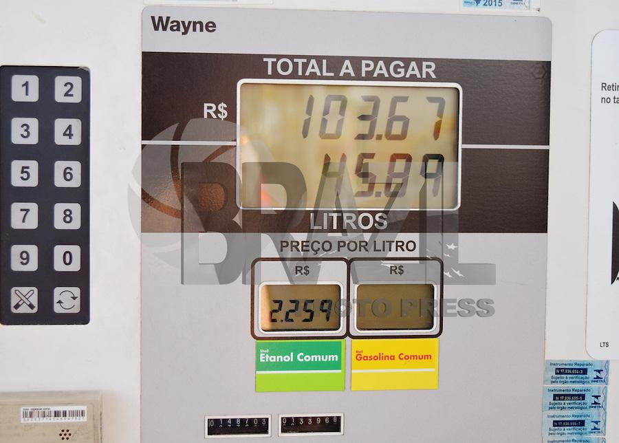 BRAGANÇA PAULISTA,05.10.2015 - ETANOL-REAJUSTE - Postos de Combustíveis apresentam aumento no Etanol, após o reajuste autorizado somente para Gasolina (6%) e Diesel (4%), na tarde dessa segunda-feira, 05. (Foto: Eduardo Carmim / Brazil Photo Press)