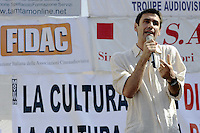 Roma 7 Giugno 2010.Piazza Navona.Artisti, scrittori, attori, manifestano contro i tagli alla cultura della manovra finanziaria..Artists, writers, actors, demonstrating against the cuts to the culture of fiscal consolidation.Fabrizio Gifuni