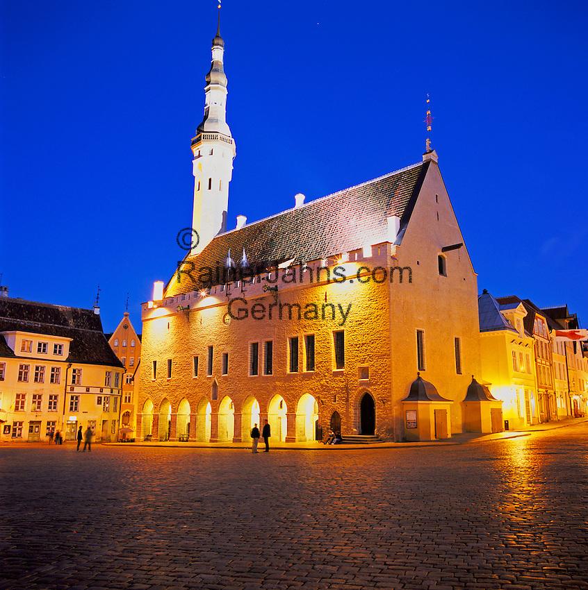 Estonia, capital Tallinn: Town Hall and Town Hall Square at Dusk in Old Town, UNESCO World Cultural Heritage | Estland, Hauptstadt Tallinn: Rathaus und Rathausplatz in der Altstadt, UNESCO Weltkulturerbe, abends beleuchtet