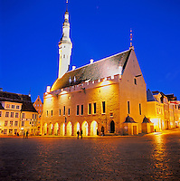 Estonia, capital Tallinn: Town Hall and Town Hall Square at Dusk in Old Town, UNESCO World Cultural Heritage | Estland, Hauptstadt Tallinn: Rathaus und Rathausplatz in der Altstadt, UNESCO Weltkulturerbe, abends beleuchtet