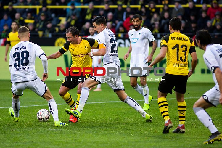09.02.2019, Signal Iduna Park, Dortmund, GER, 1.FBL, Borussia Dortmund vs TSG 1899 Hoffenheim, DFL REGULATIONS PROHIBIT ANY USE OF PHOTOGRAPHS AS IMAGE SEQUENCES AND/OR QUASI-VIDEO<br /> <br /> im Bild | picture shows:<br /> Mario Goetze (Borussia Dortmund #10) setzt sich gegen Stefan Posch (Hoffenheim #38) und Benjamin Huebner (Hoffenheim #21) durch, <br /> <br /> Foto © nordphoto / Rauch