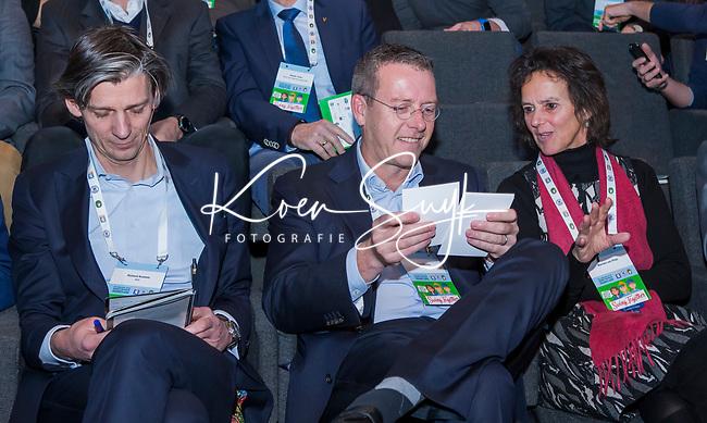 BUSSUM -  Jeroen Stevens met Marieke van Rijn en links Richard Kooloos,   Nationaal Golf Congres & Beurs. COPYRIGHT KOEN SUYK