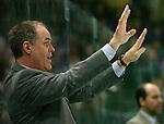 Eishockey, DEL, Deutsche Eishockey Liga 2003/2004 , 1.Bundesliga, Arena Nuernberg (Germany) Nuernberg Ice Tigers - Adler Mannheim (2:1 n.p.) Trainer Bill Stewart (Mannheim) gibt mit erhobenen Haenden Anweisungen