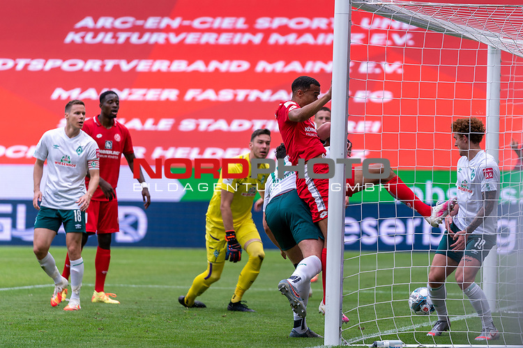1:0 Robin Quaison (FSV Mainz 05 #07) gegen Milos Veljkovic (Werder Bremen #13), Jiri Pavlenka (Werder Bremen #01), Joshua Sargent (Werder Bremen #19)<br /> <br /> <br /> Sport: nphgm001: Fussball: 1. Bundesliga: Saison 19/20: 33. Spieltag: 1. FSV Mainz 05 vs SV Werder Bremen 20.06.2020<br /> <br /> Foto: gumzmedia/nordphoto/POOL <br /> <br /> DFL regulations prohibit any use of photographs as image sequences and/or quasi-video.<br /> EDITORIAL USE ONLY<br /> National and international News-Agencies OUT.