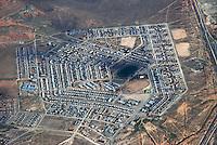 Township: AFRIKA, SUEDAFRIKA, 21.12.2007: Township in der der Stadt De Aar. Siedlung, Wohnen, Stadt, Einheit, abgeschlossen, Leben, Schule Sportplatz, Haus, Luftbild, Aufwind-Luftbilder