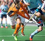 BLOEMENDAAL - Niek van der Schoot van OZ raakt zijn tegenstander  van OZ  tijdens  de finale van de EHL tussen de mannen van Oranje Zwart en UHC Hamburg . OZ wint na shoot outs. COPYRIGHT KOEN SUYK
