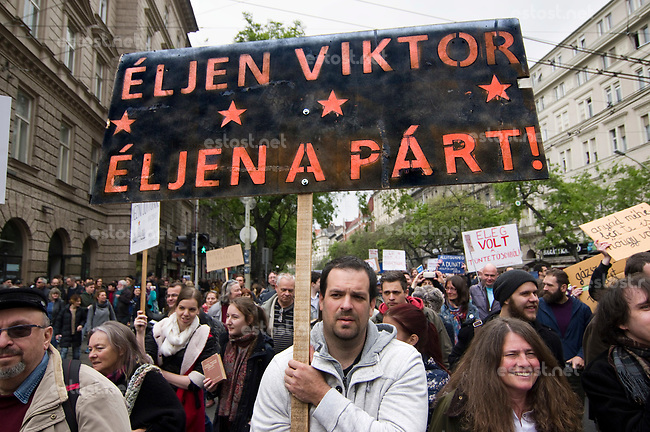 UNGARN, 22.04.2017, Budapest - VII. Bezirk. Die Spasspartei MKKP, &quot;Partei der doppelschwaenzigen Hunde&quot;, ruft zum Satire-Protest gegen die von der Fidesz-Regierung betriebene Putinisierung Ungarns. Es wird eine unerwartete Grossdemonstration mit tausenden Teilnehmern. -&quot;Es lebe Viktor (Orb&aacute;n), es lebe die Partei (Fidesz)!&quot; | The MKKP funparty &quot;Two-tailed dog party&quot; calls for satiric protest against the Fidesz government's putinization of Hungary. The event turns into a large demonstration with thousands of participants. -&quot;Long live Viktor (Orban), long live the party (Fidesz)!&quot;<br /> &copy; Martin Fejer/EST&amp;OST
