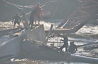 Piracicaba, 04 de julho de 2013 - ACIDENTE ANEL VIÁRIO - Um forte nevoeiro atrapalhou o início do trabalho dos bombeiros na remoção dos entulhos no dia de hoje. ( Foto: Mauricio Bento/Brazil Photo Press )