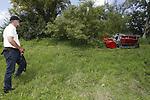 Foto: VidiPhoto<br /> <br /> BUNNIK – Enkele tientallen dealers demonstraren woensdag hun grasmaaiers op en bij de taluds van Fort Vechten in Bunnik. Steeds meer maaiers kunnen op afstand bestuurd worden en zijn geschikt voor steile hellingen.
