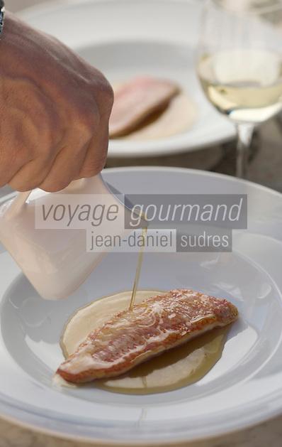 """Europe/France/Provence-Alpes-Cote d'Azur/Vaucluse/Joucas: l'aiguo-sau, bouillon, de rouget à l'unilatéral, en consommé de crustacés recette de Xavier Mathieu chef de l'"""" Hotel-restaurant Le Phébus, rte de Murs"""