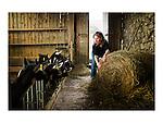Cécile et Cédric étaient des citadins bretons. Ils se sont installés dans la campagne, près d'Argentan, pour reprendre une chèvrerie. Ils ont le label Bio, vendent sur place et font les marchés. Ils élèvent des bœufs et revendent la viande sous forme de paniers. Pendant les ponts et les vacances parisiennes, les gens font la queue pour acheter leurs fromages.
