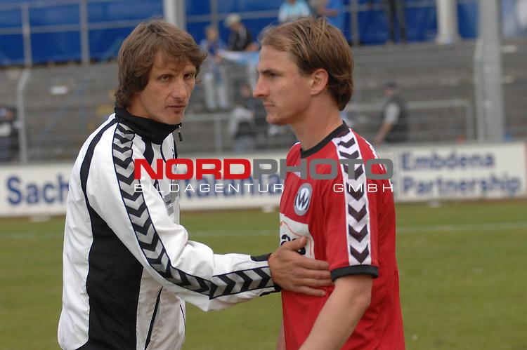 3. FBL 2008/2009 34. Spieltag RŁckrunde BSV Kickers Emden vs. Wacker Burghausen, Burghausens Trainer Ralf Santelli mit David Solga (#30) , Foto © nph (nordphoto)