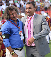 IBAGUE -COLOMBIA, 04-12-2016 . Alberto Gamero técnico del Deportes Tolima se abraza con Harold Rivera técnico de PatriotasnFC previo al partido de vuelta por los cuartos de final de la Liga Águila II 2016 jugado en el estadio Manuel Murillo Toro de Ibagué. / Alberto Gamero coach of Deportes Tolima and Harold Rivera hugs with Harold Rivera coah of Patriotas prior the second leg match for the final quarters of the Aguila League II 2016 played at Manuel Murillo Toro stadium in Ibague city. Photo: VizzorImage / Juan Carlos Escobar / Contribuidor