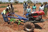 MALAWI, Lilongwe, hand tractor training for women small scale  farmer / MALAWI, Lilongwe, GIZ Projekt gruene Innovationszentren, Handtraktor Training fuer Kleinbauern am Natural Resources College NRC