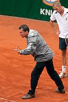 12-8-09, Den Bosch,Nationale Tennis Kampioenschappen, 1e ronde,   Bart Brons kijkt toe hoe de scheidsrechter de bal uit geeft