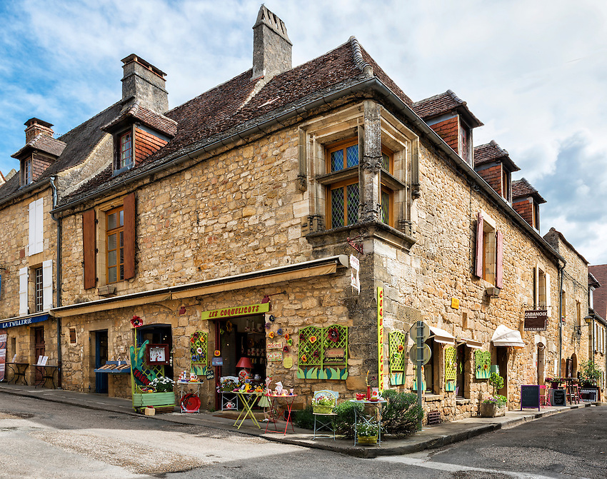 Les Coquelicots, home of Faïences des Coquelicots, a shop offering hand-painted artisanal ceramics in Domme, Périgord, France