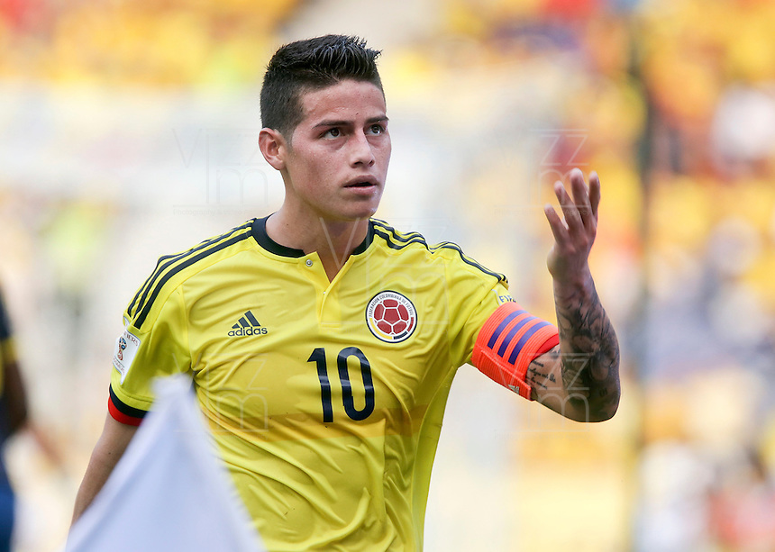 BARRANQUILLA - COLOMBIA -29-03-2016: James Rodriguez de Colombia saluda al público duante el partido entre Colombia y Ecuador de la fecha 6 para la clasificación sudamericana a la Copa Mundial de la FIFA Rusia 2018 jugado en el estadio Metropolitano Roberto Melendez en Barranquilla./  James Rodriguez of Colombia greets to thde public during the match between Colombia and Ecuador of the date 6 for the qualifier to FIFA World Cup Russia 2018 played at Metropolitan stadium Roberto Melendez in Barranquilla. Photo: VizzorImage / Ivan Valencia / Cont