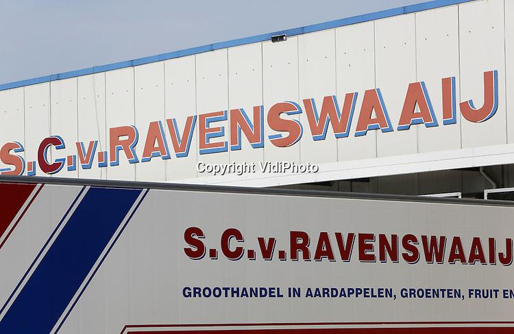 Foto: VidiPhoto<br /> <br /> VEENENDAAL - Het distributiecentrum van groothandel Van Ravenswaaij in Veenendaal. Van Ravenswaaij heeft twee schakels in de groenten- en fruitketen samengevoegd: groothandel en groentenwinkels. Het bedrijf exploiteert zo'n 50 AGF-winkels in Nederland.