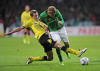 FUSSBALL   1. BUNDESLIGA   SAISON 2011/2012    9. SPIELTAG  14.10.2011 SV Werder Bremen - Borussia Dortmund                  Sven Bender (li, Borussia Dortmund) gegen Aaron Hunt (SV Werder Bremen)