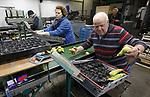 Foto: VidiPhoto<br /> <br /> ANDELST &ndash; Drukte aan de sorteerband bij Fruitteeltbedrijf De Meyburg in het Betuwse Andelst maandag. Fruitteler Jan van Olst is een van de weinig fruittelers in ons land waar volop fruit verwerkt wordt. Dat komt omdat hij voor een aantal fruittelers het sorteerwerk doet. Zijn eigen koelcellen zitten nog vol, evenals bij de meeste andere fruittelers. In tegenstelling tot vorig jaar valt er door de enorme oogst aan appels en peren plus aanvoer vanuit Belgi&euml; en Polen weinig te verdienen voor telers. Alleen de exclusieve rassen leveren nog geld op. Bovendien zijn de fruitprijzen met nog eens 20 cent gedaald nadat de Volkskrant publiceerde dat Nederlandse kwekers via smokkelroutes en het &lsquo;omkatten&rsquo; van fruit, de Russische groenten- en fruitboycot wisten te omzeilen. Hoewel al lang bekend bij telers en politiek, zorgde deze publiciteit er voor dat fruithandelaren minder fruit durven in te kopen uit angst dat Rusland ook deze omweg afsluit.