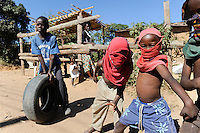 ZAMBIA Ndola copperbelt , Nkwazig a township with high HIV rate, crime rate, unemployment and poverty, children prentend to be gangster / SAMBIA Ndola im Copperbelt, township Nkwazig, hier wohnen die Verlierer des Kupfer Bergbau: hohe Aids Rate, Kriminalitaet, Drogen, Armut, Arbeitslosigkeit, Kinder spielen die Gangster Pose