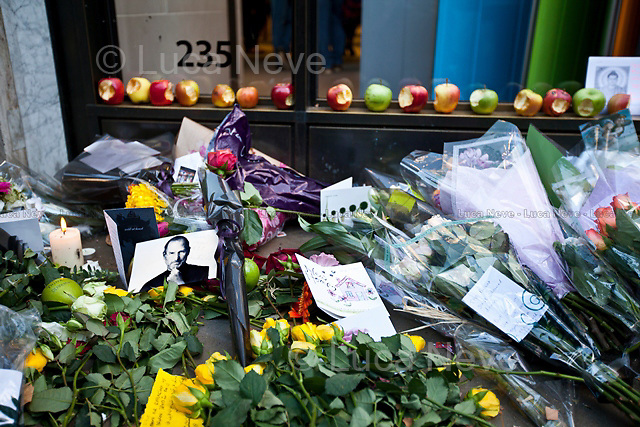 London, 06/10/2011. The co-founder of Apple Inc, Steve Jobs (1955-2011), has died at the age of 56. During the day people gathered outside the two major Apple Stores in London (Regent Street and Covent Garden) to leave a flower, an apple, a letter; tokens to remember and commemorate a visionary and creative genius.