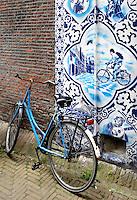 Delft. Muurschildering van Hugo Kaagman in het  centrum van Delft. Delfts-Blauw