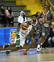 BOGOTA - COLOMBIA: 07-05-2013: Restrepo (Der.) de Piratas de Bogotá, disputa el balón con Barlow (Izq.) de  Aguilas de Tunja mayo  7 de 2013. Piratas y Aguilas de Tunja disputaron partido de la fecha 12 de la fase II de la Liga Directv Profesional de baloncesto en partido jugado en el Coliseo El Salitre. (Foto: VizzorImage / Luis Ramirez / Staff). Restrepo (R) of Pirates from Bogota disputes the ball with Barlow (L) of Aguilas from Tunja May 7, 2013. Piratas and Aguilas de Tunja disputed a match for the 12 date of the Fase II of the League of Professional Directv basketball game at the Coliseo El Salitre. (Photo. VizzorImage / Luis Ramirez / Staff)