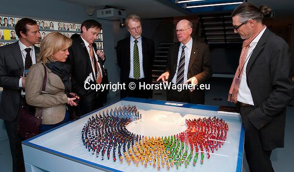 Brussels-Belgium - February 01, 2012 -- Visit to Brussels by Prof. Dr. Norbert LAMMERT (2.ri), President / Speaker of the German Parliament (Deutscher Bundestag); here, at the Parlamentarium, the European Parliament's Visitors' Centre, with: Alexander KLEINIG (le), Head of Unit, DG for Communication, EP-Visitor's Centre; Susanne OBERHAUSER (2.le); Dr. Horst RISSE (3.le); State Secretary Harro SEMMLER (3.ri); Prof. Uwe BRUECKNER (ri) (Brückner, Bruckner),?Atelier Brückner? -- Photo: © HorstWagner.eu
