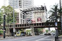 ATENCAO EDITOR: FOTO EMBARGADA PARA VEICULOS INTERNACIONAIS. SAO PAULO, SP, 03 DE DEZEMBRO DE 2012 - Palco de decoracao de Natal da Avenida Paulista esta sendo montado, regiao central da capital, na manha desta segunda feira, 03. FOTO: ALEXANDRE MOREIRA - BRAZIL PHOTO PRESS.