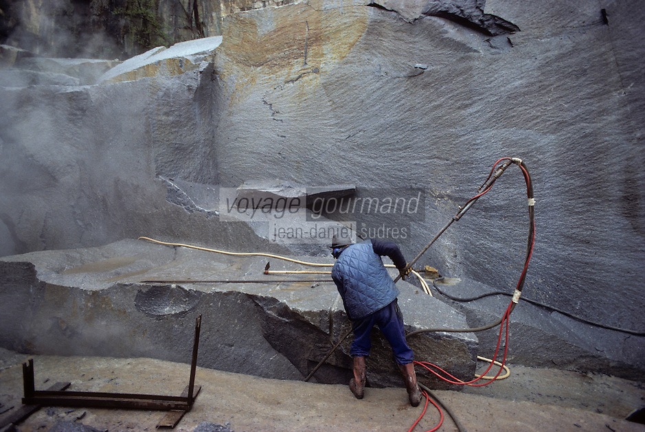 Europe/France/Limousin/23/Creuse/Env Guéret: Le Maupuy - Carrière de granit découpage au chalumeau<br /> PHOTO D'ARCHIVES // ARCHIVAL IMAGES<br /> FRANCE 1990